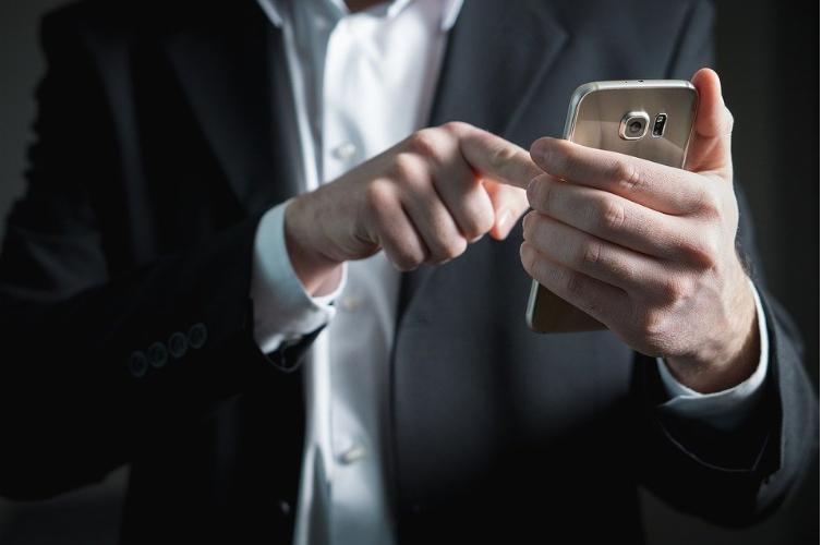 Gestionar comentarios y mensajes en redes sociales es fundamental a la hora de fidelizar clientes y dar una buena imagen de marca. Hoy os explicamos cómo hacerlo
